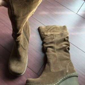 New Bare Traps suede wedge boot